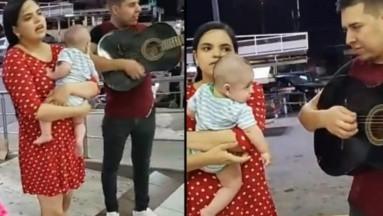 ¡Conmovedor! Pareja canta afuera de un super para comprar leche y pañales para su bebé