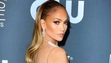 Jennifer Lopez le obsequia un perrito a su hijo y pide ayuda para ponerle un nombre