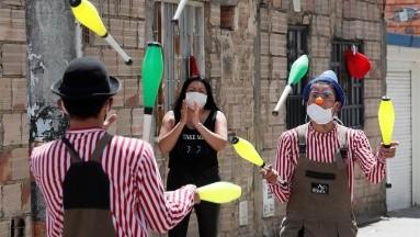 Circo brinda comida y espectáculo en barrios afectados por el coronavirus