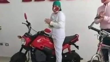 Honda le regala una moto a enfermera que recorría calles inundadas