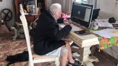 Abuelito se niega a dejar la carrera de Arquitectura tras no saber usar la computadora