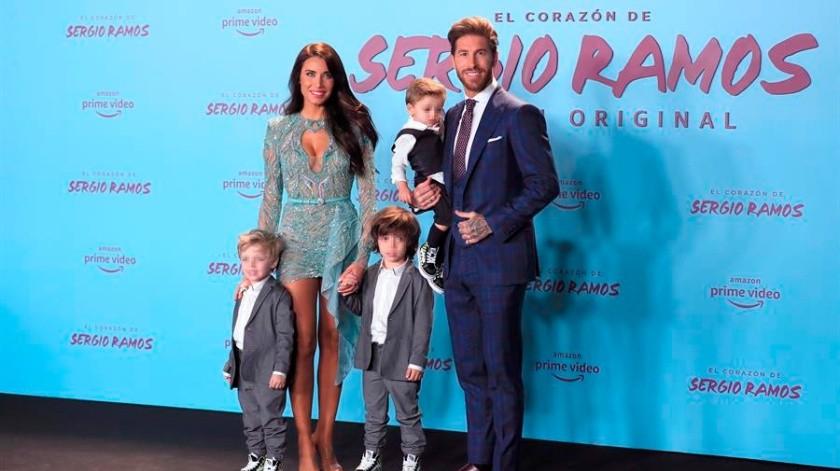 El defensa del Real Madrid Sergio Ramos y su esposa, Pilar Rubio junto a sus hijos posan a su llegada a la presentación de la serie original de Amazon 'El Corazón de Sergio Ramos' en el Museo Reina Sofía de Madrid.(EFE)