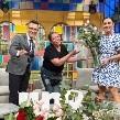 Conductores de 'Venga la Alegría' compran todas las flores a Doña Silvia