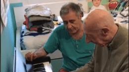 Un hombre originario de España no olvida cómo tocar el piano a pesar de tenerAlzheimer.