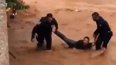 Policías rescatan a hombre tras aventarse a arroyo en Nogales