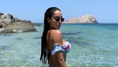 Manelyk González presume su marcado abdomen en diminuto bikini