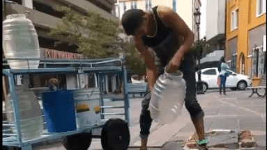 Captan a hombre sacando agua del drenaje para supuestamente hacer