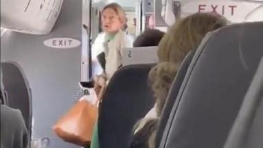 Por orgullosa, bajan a mujer de avión tras negarse a usar cubrebocas