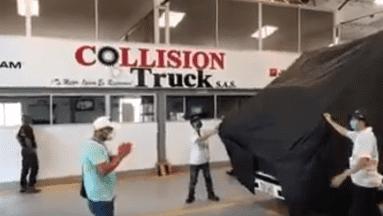 El conductor lloró de felicidad al ver su tranporte reconstruído.