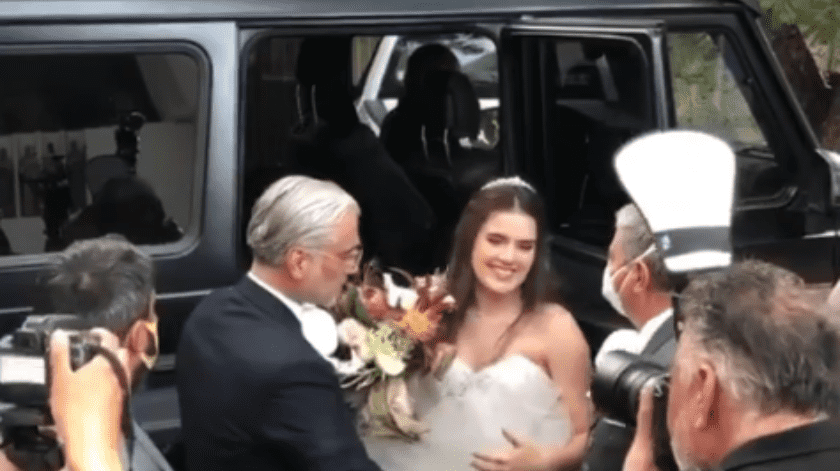 Camila llegó al altar del brazo de su padre Alejandro Fernández.(Captura de video)
