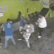 Cansados de la delincuencia, ciudadanos hacen justicia por su propia mano y golpean a asaltante en puesto de quesadillas.