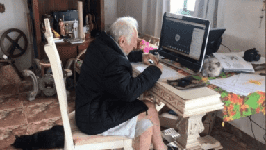 ¡Cumple su sueño! Hombre de 92 años estudia la carrera en línea por el Covid-19