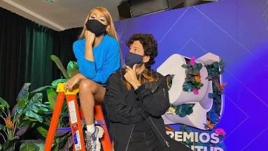 Los cantantes Danna Paola ySebastián Yatra se preparan para su presentación en una entrega de premios.