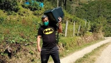 ¡Héroe sin capa! Maestro recolecta televisores para que alumnos puedan estudiar