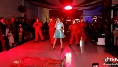 VIDEO: Quinceañera baila el vals con temática de