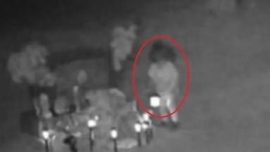 VIDEO: ¡Espeluznante! Captan fantasma de niña en panteón de Nuevo México