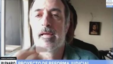 VIDEO: Senador coloca foto en videoconferencia para ausentarse y lo cachan