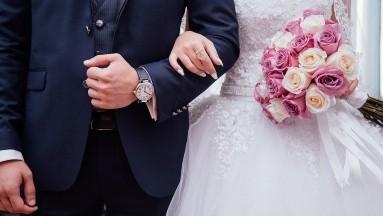 Pareja se casa por viodellamada tras platicar 20 días por Internet