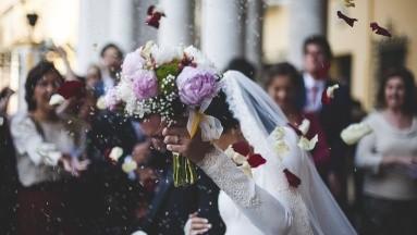 Enamorados realizan boda y se contagian de coronavirus 53 invitados; uno muere