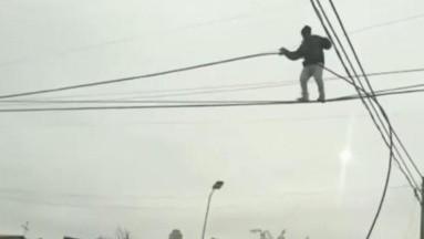 VIDEO VIRAL: Hombre escala cables de luz para robarse el cobre del cableado