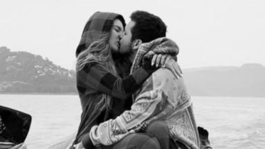 Christian Nodal hace pacto de amor tatuándose a Belinda en el pecho