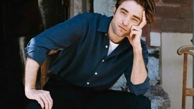 Captan a Robert Pattinson derrochando pasión con su novia en parque de Londres