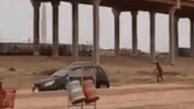VIDEO: Con el muro en medio, agente de la Patrulla Fronteriza juega