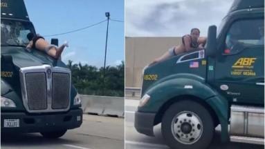 VIDEO: Captan a hombre colgado del parabrisas de un tráiler intentando arrojarse
