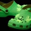 Bad Bunny crea sus propios crocs y ¡brillan en la oscuridad!
