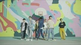 La banda surcoreana muestra los pasos de baile de su más reciente éxito.