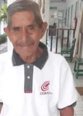 Abuelito se gradúa de la prepa a sus ¡80 años!; lucha por ser un profesionista