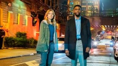Sienna Miller revela que Chadwick Boseman se bajó el sueldo para que ella estuviera en