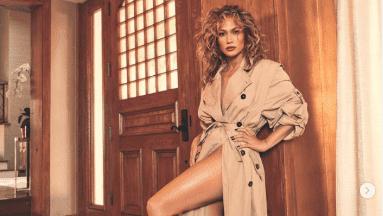 Jennifer López muestra sus largas piernas en sexy atuendo