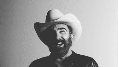 Vicente Fernández Jr. regresa a la música cantándole al amor