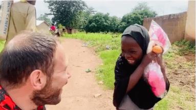 ¡Para llorar! Niña huérfana recibe por primera vez un regalo y su felicidad enternece al mundo