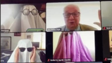 ¡Truco o trato! Alumnos se disfrazan para llevar una clase virtual y la reacción de su maestro se hace viral