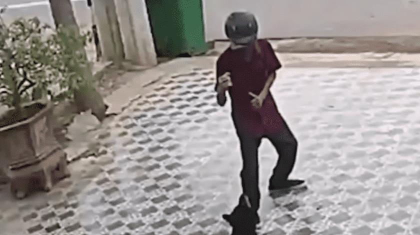 VIDEO: Hombre se defiende de ataque de perros como Jackie Chan(Captura de video)