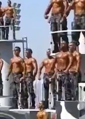 VIDEO: Policías derrochan pasión al mostrar su cuerpo durante graduación en Egipto