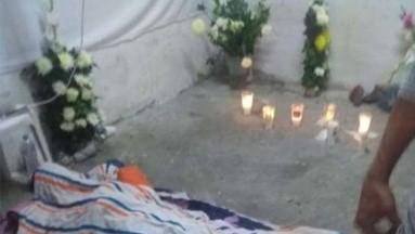 ¡Desgarrador! Madre vela a su hijo en el piso porque no tenía dinero para el funeral
