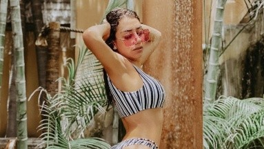 En bikini tejido, Karime Pindter muestra sus encantos dentro de una alberca