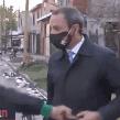VIDEO: Hombre roba el celular a reportero antes de dar su nota sobre un asalto en ese lugar