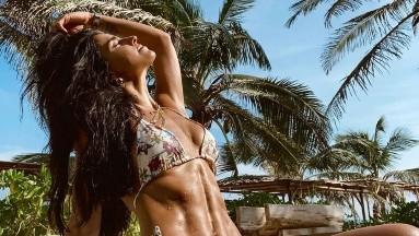 Con un diminuto bikini, Bárbara de Regil muestra su marcado cuerpo en la playa
