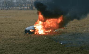 Un youtuber ruso prendió fuego a su propio Mercedes Benz después de que no le gustara cómo lo estaba reparando.