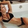 Geraldine Bazán derrocha sensualidad en diminuto traje de baño