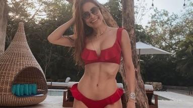 ¡Qué sexy! Cynthia Rodríguez luce su cuerpazo en bikini dentro de una piscina