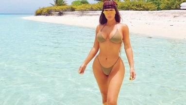 Una foto, pocas palabras, pero con el look adecuado y la Kardashian conquista las redes.