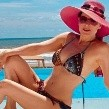La actriz, de 59 años de edad, presume cuerpazo en redes sociales.