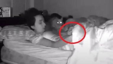 VIDEO VIRAL: Perrito hace popo sobre su dueña cuando dormía