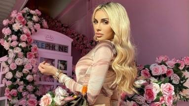 Alexa Dellanos se maquilla frente al espejo con lencería roja