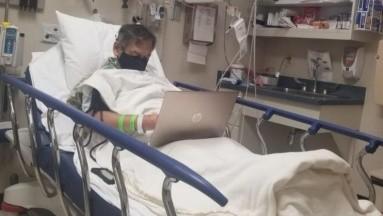 Profesor califica exámenes de sus alumnos antes de morir en el hospital